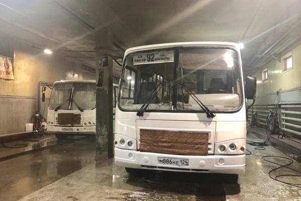 Автобусы моют по ночам во время пересменка водителей