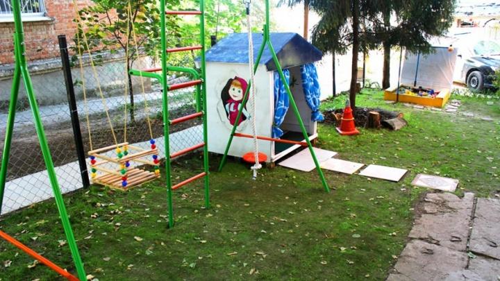 Жители Каменки своими руками построили для детей игровую площадку
