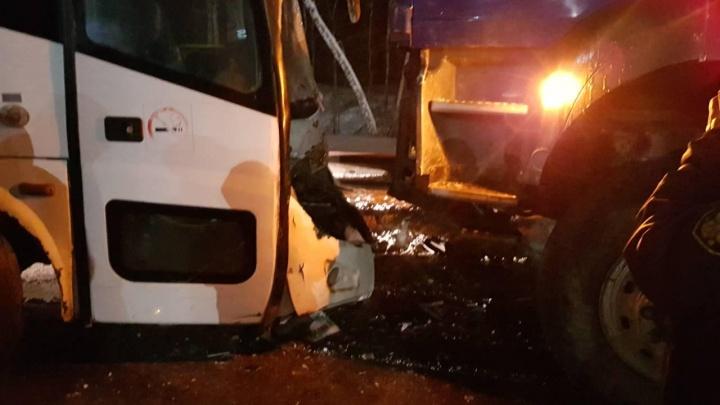 На тобольской объездной автобус с работниками завода влетел в грузовик MAN. Пострадали 14 человек