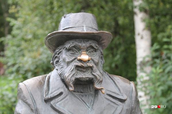 Памятник Писахову будут обновлять примерно неделю