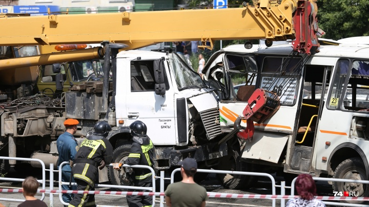 Момент столкновения автокрана с маршрутками в Челябинске попал на видео