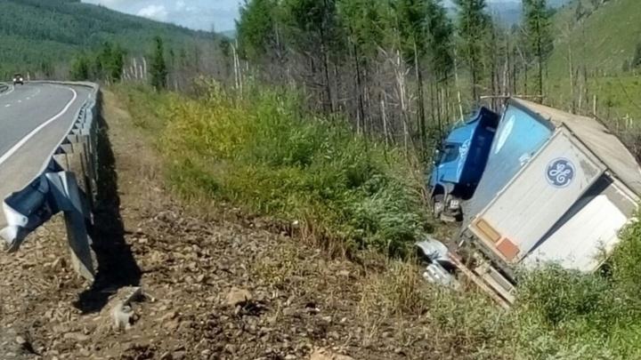 Водитель из Новосибирска вылетел в кювет под Читой — он ночует на трассе и не может дождаться помощи