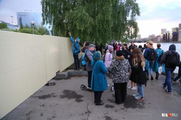 В субботу впервые люди могли заглянуть за забор так, чтобы их телефоны не отобрали охранники с той стороны
