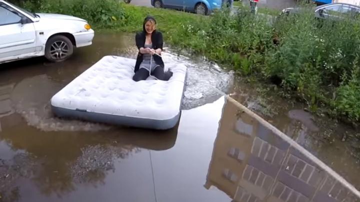 Жители Рыбинска из луж во дворе устроили аквапарк