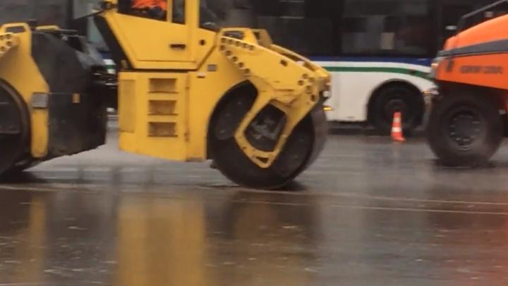 В Уфе дорожные рабочие в дождь укладывали асфальт