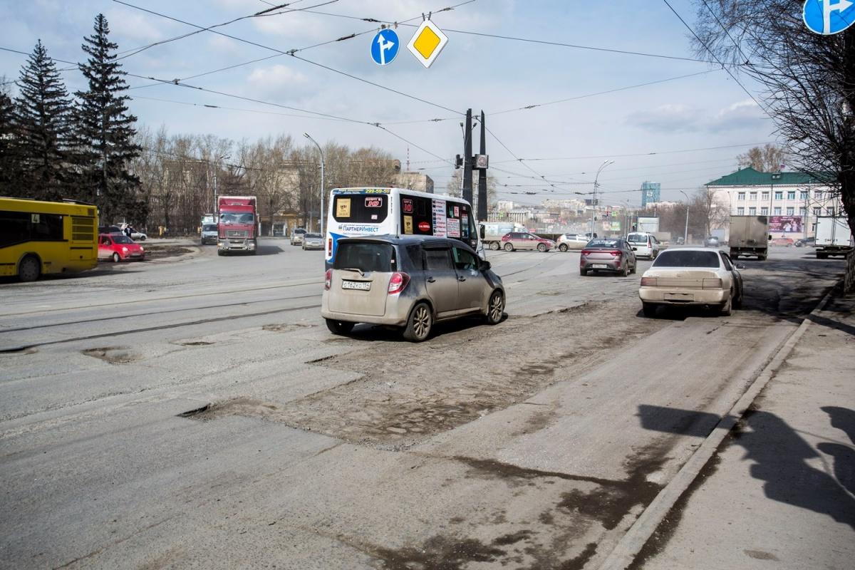 В то время на площади Сибиряков-Гвардейцев работали два крупных для города завода — литейный и тяжёлого машиностроения