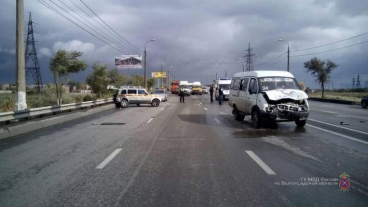 «Опять встречка»: шестеро волгоградцев оказались в больнице после столкновения маршрутки и «Нивы»