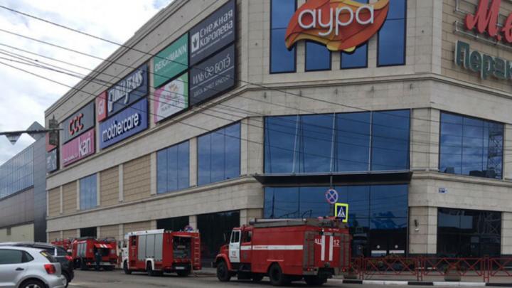 Из «Ауры» эвакуировали людей. К стенам торгового центра съехалось 13 пожарных машин