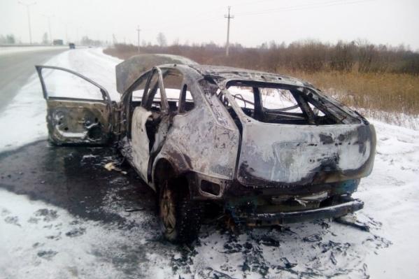Пожарные обнаружили в машине тело мужчины