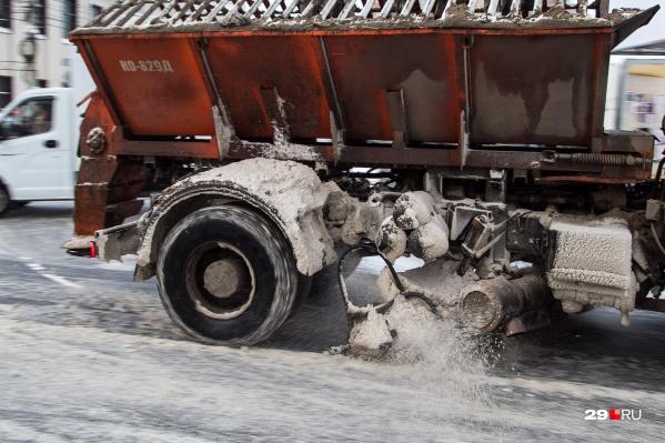На очистке города от снега задействовано 49 машин специализированной техники, 17 дорожных рабочих