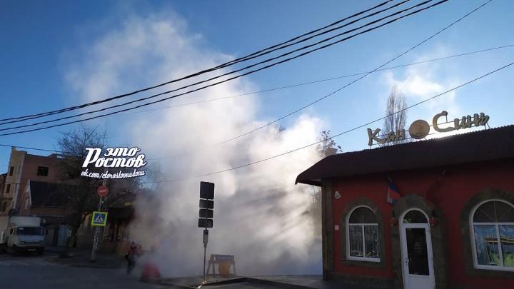 В Ростове улицу затопило кипятком из-за коммунальной аварии