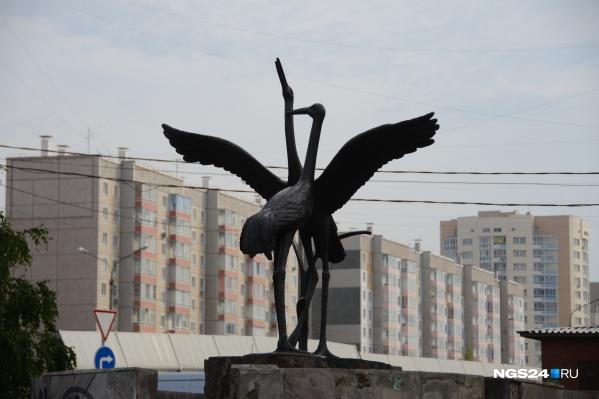 Улица Ястынская начинается от этого участка с памятником