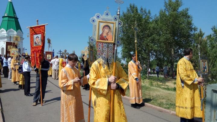 Около 400 человек прошли крестным ходом по перекрытым улицам