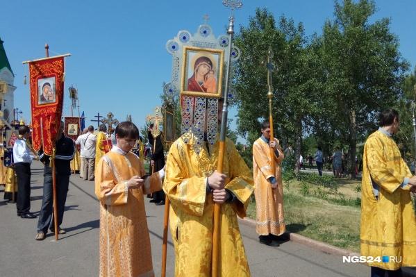 Несколько сотен верующих собрались для крестного хода