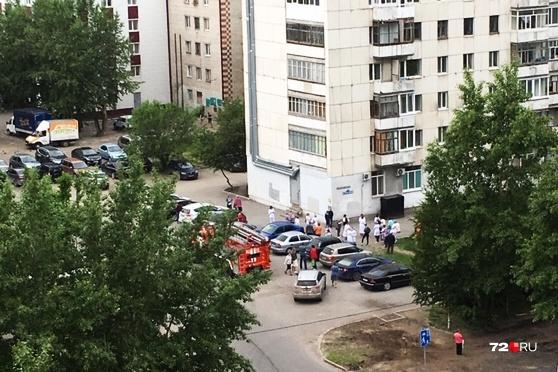 Охранники эвакуировали медперсонал и пациентов до прибытия спецслужб. После осмотра здания всех запустили обратно