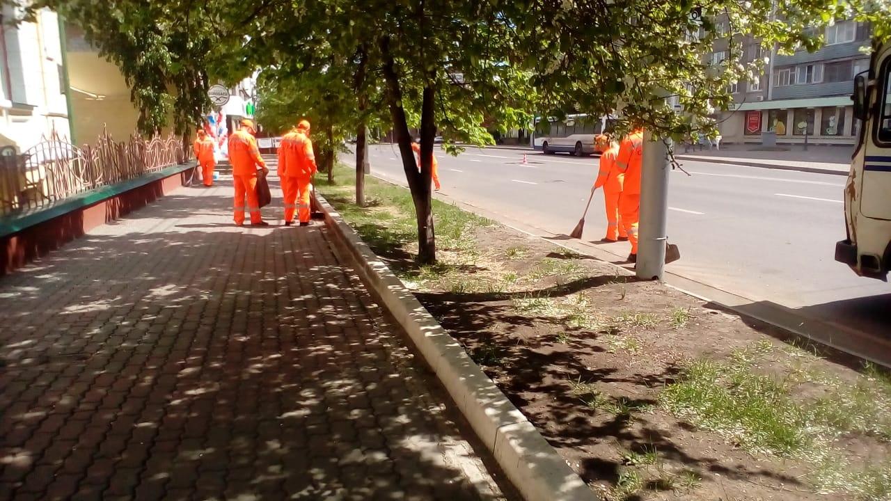 Рабочие взялись подметать окрестности