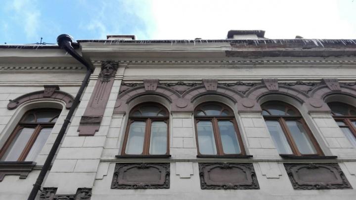 Крыши в Красноярске покрылись опасными сосульками