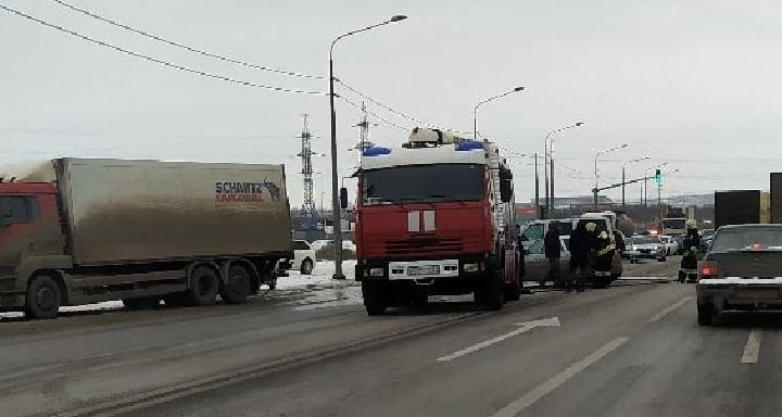 «Машину резали»: в Волгограде на Третьей Продольной в массовое ДТП попали две фуры и две легковушки