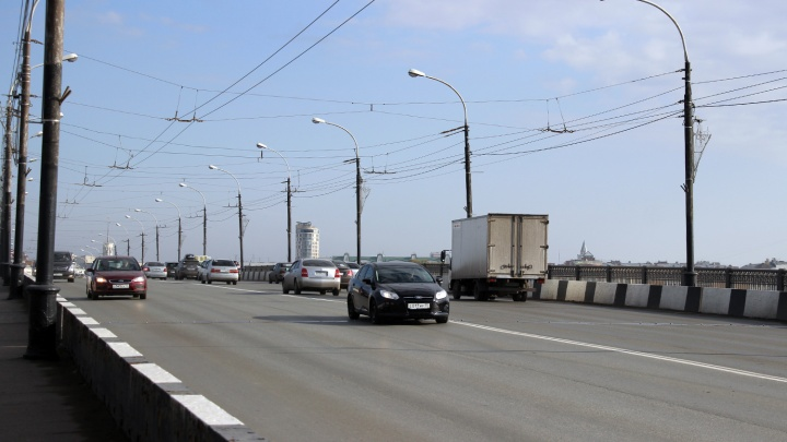 Омич отсудил у дорожников деньги, после того как его «Мерседес» попал колёсами в яму у Парка Победы