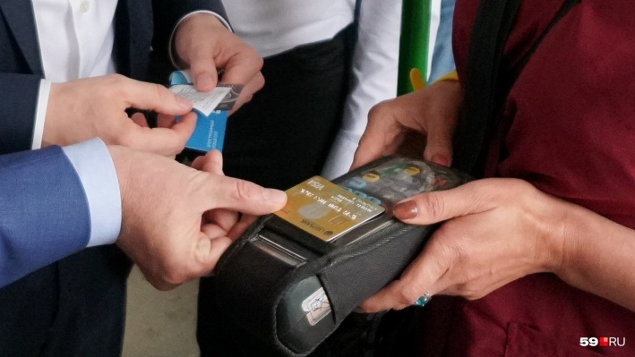 В пермских МФЦ начали выдавать льготные проездные документы нового образца