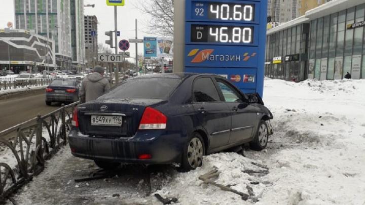 На Московской иномарка после ДТП влетела в стелу автозаправки
