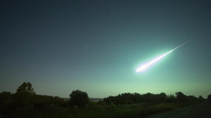 «Всё озарилось зелёным»: фотограф сделал снимки яркого метеора в красноярском небе