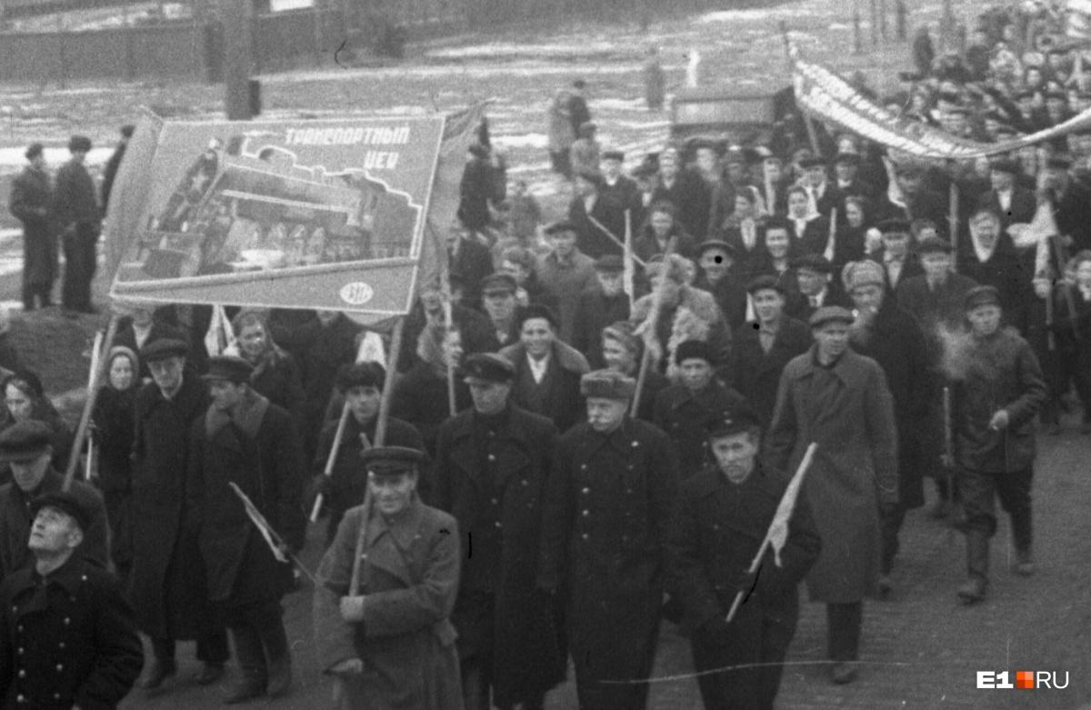 Работники транспортного цеха УЗТМ во время демонстрации в 1947 году
