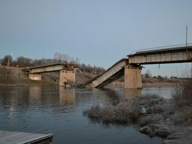 Мост через Вагу упал в ночь на 21 октября 2015 года
