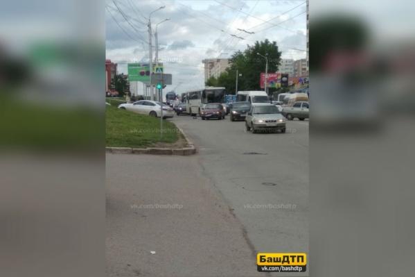 Автомобиль узбекского производства столкнулся с другой иномаркой