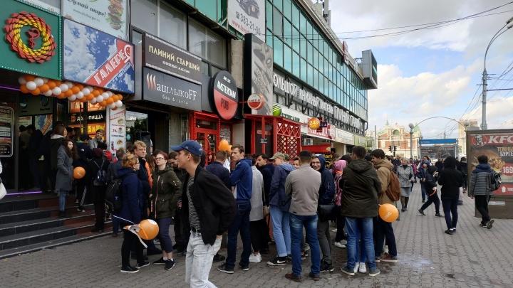 Вечно голодные: на Красном проспекте собралась 45-метровая очередь за дешёвой пиццей