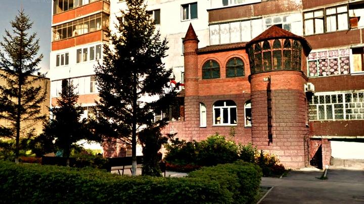 Город-надстройка: 13 странных сооружений, которые новосибирцы «прилепили» к зданиям