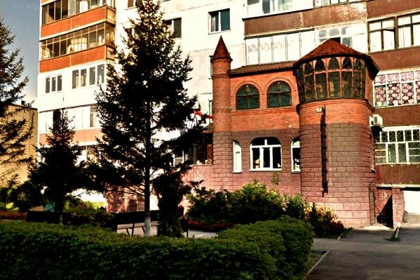 «Замок», пристроенный к дому на улице Лелюха в Бердске