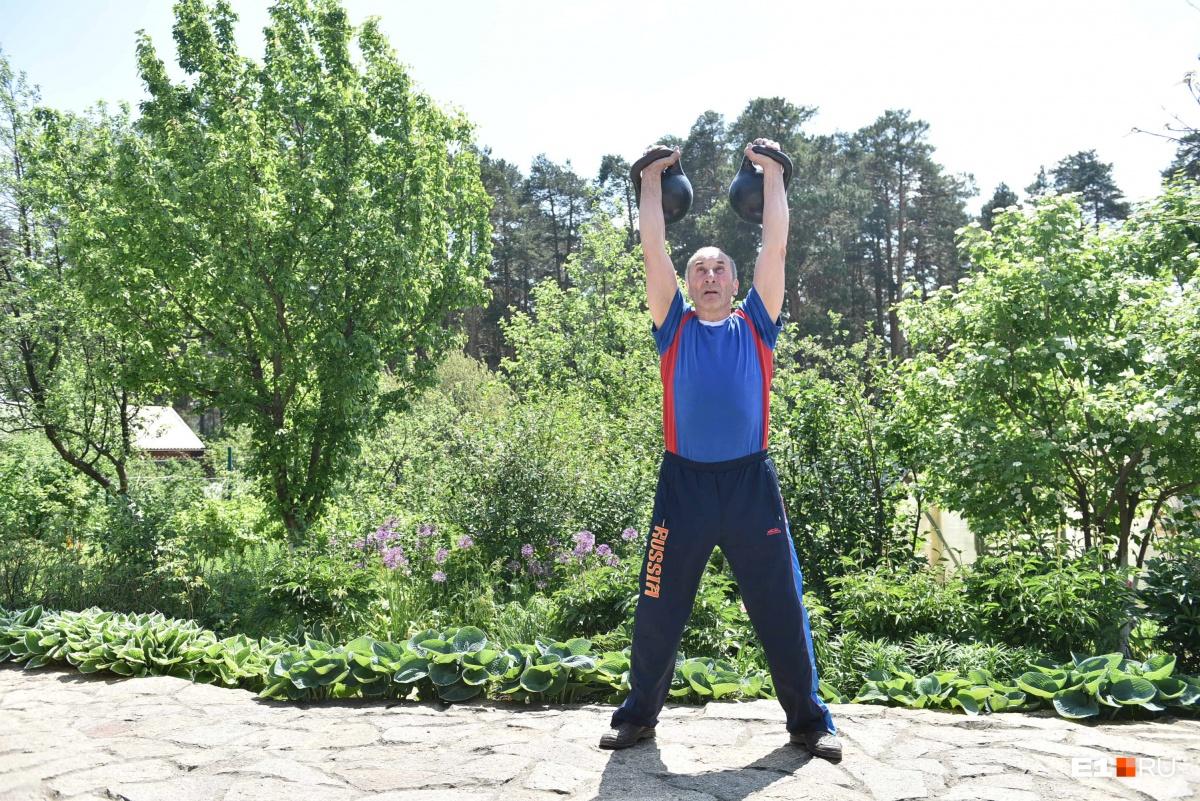 Иногда Ашихмин тренируется на свежем воздухе