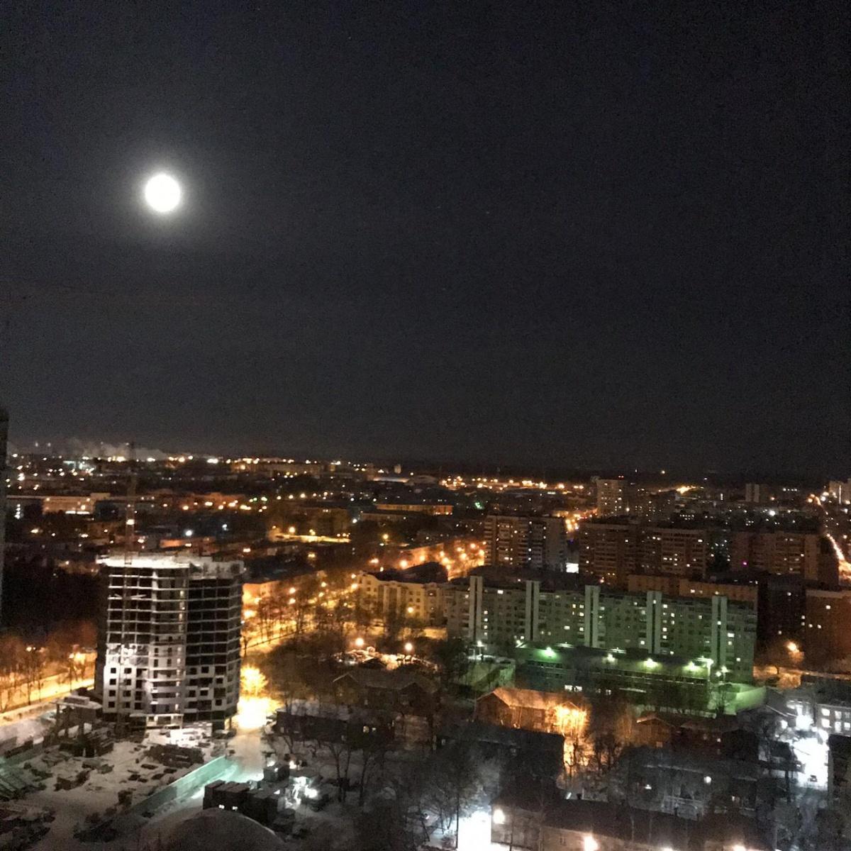 Луна подошла на минимальное расстояние к Земле: публикуем фото и видео суперлуния над Екатеринбургом