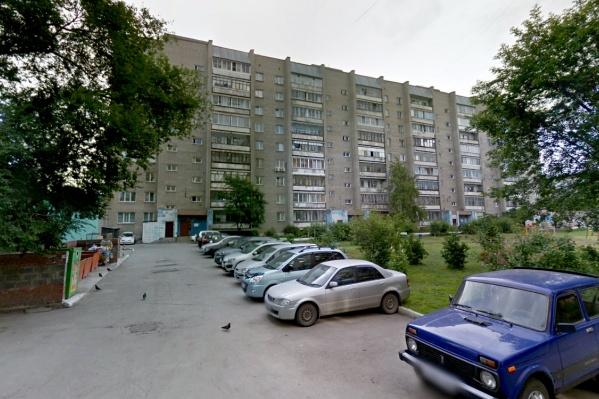 Происшествие случилось на улице Широкой— в руках у уборщицы взорвалась пластиковая бутылка