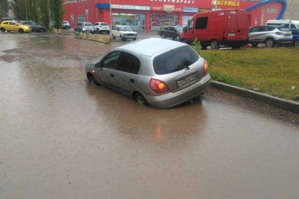 В Уфе сразу несколько машин ушли под землю