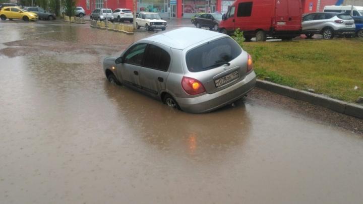 В Уфе три машины провалились под землю