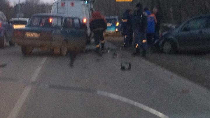 На шоссе Тюнина в Кургане Citroen выехал на встречную полосу и врезался в ВАЗ