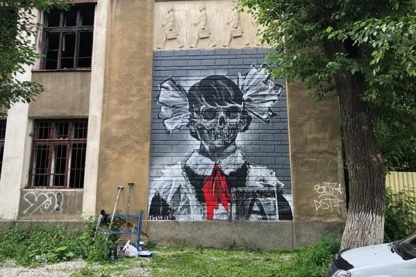 На заброшенной школе граффити выглядят очень эффектно