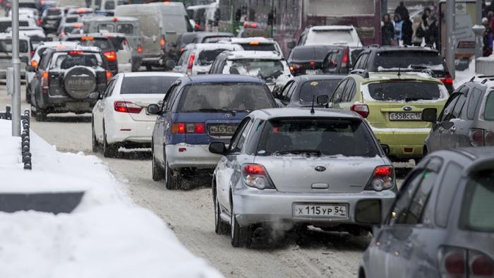 Возле мест аварии собираются пробки. Фото из архива НГС
