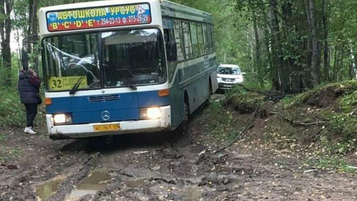 В ГАИ объяснили, почему автобус в Кислотных дачах поехал через лес, где потом застрял
