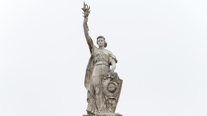 «Потасканные музы»: в Волгограде сняли с высоты «умирающие» скульптуры НЭТа