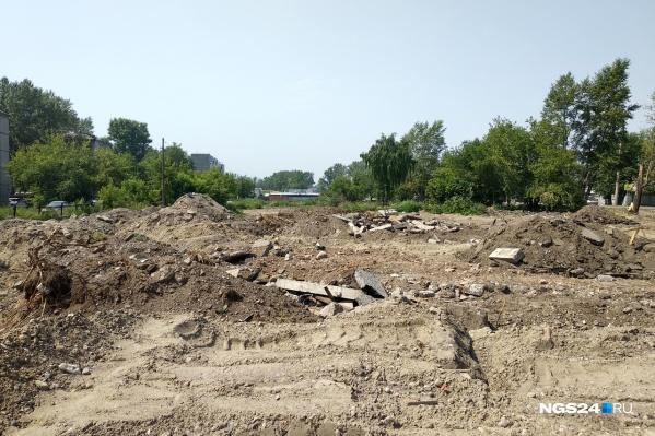 Пока место выглядит так — всё разрыто после сноса домов