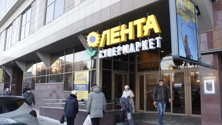 Скидки есть, парковки нет: новосибирцы сбежались в новый супермаркет около оперного театра