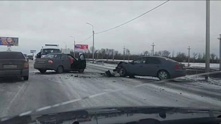 Ледяной путь: на въезде в Шахты столкнулись несколько автомобилей
