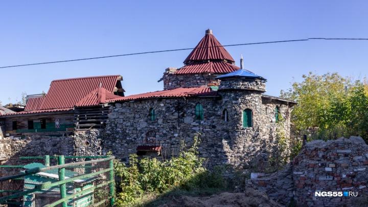 Омский пенсионер 10 лет строит крепость из строительного мусора