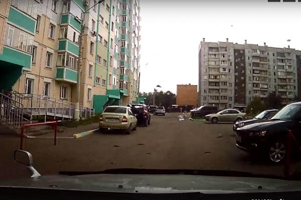 Мальчик выбежал наперекор машине справа. Из-за других авто его было тяжело заметить