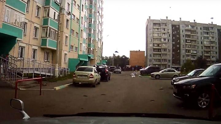 Ребенок вылез из машины отца и побежал через двор на Кутузова, где его случайно сбили