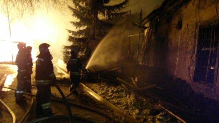 «Это поджог»: в Центральном парке утром полыхало подсобное помещение