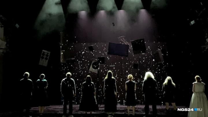 Именитый режиссёр поставил в Красноярске спектакль по пьесе с Пулитцеровской премией: первые кадры